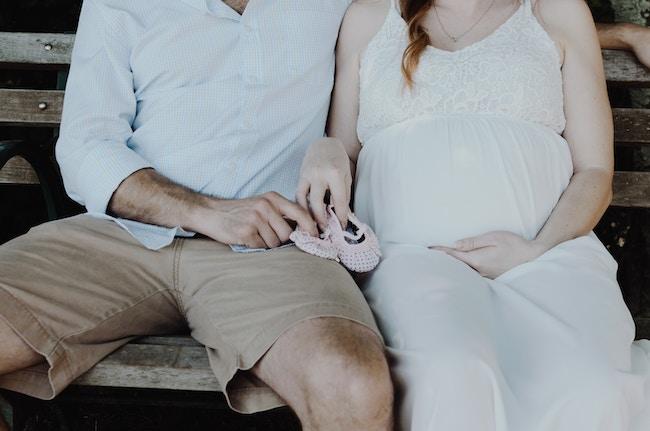 """Η ευλογία της πρώτης εγκυμοσύνης. Συνήθως εκεί αρχίζουν τα πρώτα """"χωριστά"""" βράδια του ζευγαριού."""